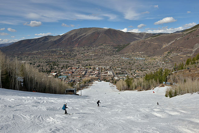 Aspen_Mountain_spring_skiing_over_Aspen